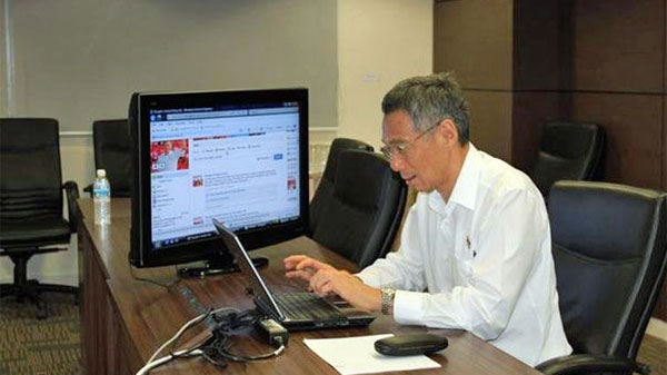 pm-lee-using-computer
